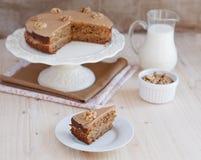 Σπιτικό κέικ καφέ και ξύλων καρυδιάς σε μια στάση με μια φέτα Στοκ Εικόνα