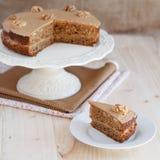 Σπιτικό κέικ καφέ και ξύλων καρυδιάς σε μια στάση με μια φέτα Στοκ φωτογραφίες με δικαίωμα ελεύθερης χρήσης
