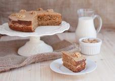 Σπιτικό κέικ καφέ και ξύλων καρυδιάς σε μια στάση με μια φέτα Στοκ Εικόνες