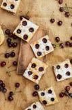 Σπιτικό κέικ κερασιών έτοιμο ναφαγωθεί Θηλυκά χέρια που κάνουν ένα CH Στοκ φωτογραφίες με δικαίωμα ελεύθερης χρήσης