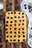 Σπιτικό κέικ κερασιών έτοιμο ναφαγωθεί Θηλυκά χέρια που κάνουν ένα CH Στοκ εικόνα με δικαίωμα ελεύθερης χρήσης