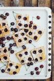 Σπιτικό κέικ κερασιών έτοιμο ναφαγωθεί Θηλυκά χέρια που κάνουν ένα CH Στοκ Φωτογραφίες