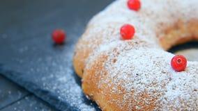 Σπιτικό κέικ κρέμας των βακκίνιων ξινό bundt απόθεμα βίντεο