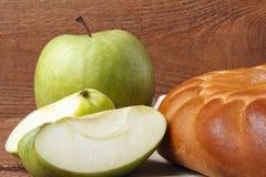 Σπιτικό κέικ μήλων και πράσινο μήλο πέρα από το φυσικό ξύλινο υπόβαθρο Στοκ Εικόνα