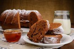 Σπιτικό κέικ, μαρμελάδα και γάλα σοκολάτας Στοκ Εικόνες