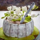 Σπιτικό κέικ με τα άσπρα λουλούδια Ξύλινη ανασκόπηση Στοκ φωτογραφία με δικαίωμα ελεύθερης χρήσης