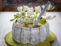 Σπιτικό κέικ με τα άσπρα λουλούδια Ξύλινη ανασκόπηση Στοκ φωτογραφίες με δικαίωμα ελεύθερης χρήσης