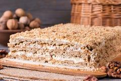 Σπιτικό κέικ με τα καρύδια σε έναν ξύλινο πίνακα, σπιτικό κέικ Στοκ Εικόνες