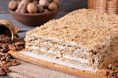 Σπιτικό κέικ με τα καρύδια σε έναν ξύλινο πίνακα, σπιτικό κέικ Στοκ Φωτογραφίες