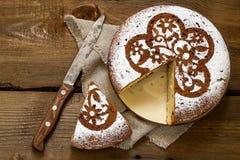 Σπιτικό κέικ με τα κομμάτια τυριών και σοκολάτας εξοχικών σπιτιών Στοκ εικόνα με δικαίωμα ελεύθερης χρήσης