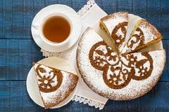 Σπιτικό κέικ με τα κομμάτια τυριών και σοκολάτας εξοχικών σπιτιών Στοκ Φωτογραφίες