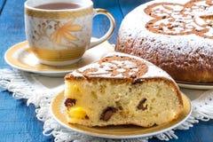 Σπιτικό κέικ με τα κομμάτια τυριών και σοκολάτας εξοχικών σπιτιών Στοκ εικόνες με δικαίωμα ελεύθερης χρήσης
