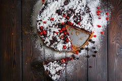 Σπιτικό κέικ μούρων στο ξύλινο υπόβαθρο Στοκ εικόνα με δικαίωμα ελεύθερης χρήσης