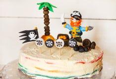 Σπιτικό κέικ ουράνιων τόξων πειρατών για τα γενέθλια παιδιών Στοκ Φωτογραφίες