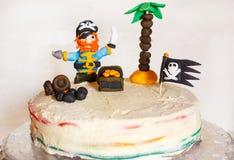 Σπιτικό κέικ ουράνιων τόξων πειρατών για τα γενέθλια παιδιών Στοκ Φωτογραφία