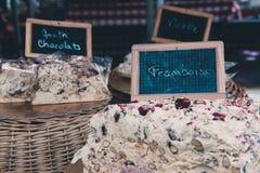 Σπιτικό κέικ στην πώληση σε μια αγορά Στοκ Φωτογραφίες