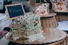 Σπιτικό κέικ στην πώληση σε μια αγορά Στοκ εικόνα με δικαίωμα ελεύθερης χρήσης