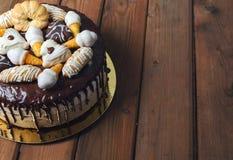 Σπιτικό κέικ τριών σοκολατών με τα ανάμεικτα μπισκότα στην κορυφή στοκ φωτογραφίες με δικαίωμα ελεύθερης χρήσης