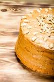 Σπιτικό κέικ φυστικιών στο ξύλινο υπόβαθρο Εκλεκτική εστίαση τόνος Στοκ Φωτογραφία