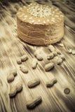 Σπιτικό κέικ φυστικιών στο ξύλινο υπόβαθρο Εκλεκτική εστίαση τόνος Στοκ φωτογραφία με δικαίωμα ελεύθερης χρήσης