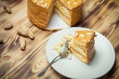 Σπιτικό κέικ φυστικιών στο ξύλινο υπόβαθρο Εκλεκτική εστίαση τόνος Στοκ Εικόνες
