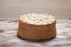 Σπιτικό κέικ φυστικιών στο ξύλινο υπόβαθρο Εκλεκτική εστίαση Στοκ εικόνες με δικαίωμα ελεύθερης χρήσης