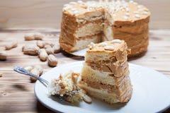 Σπιτικό κέικ φυστικιών στο ξύλινο υπόβαθρο Εκλεκτική εστίαση Στοκ Φωτογραφία