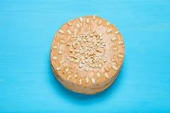 Σπιτικό κέικ φυστικιών στο ξύλινο υπόβαθρο τονισμένος Στοκ φωτογραφίες με δικαίωμα ελεύθερης χρήσης