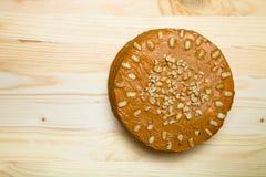 Σπιτικό κέικ φυστικιών στο ξύλινο υπόβαθρο τονισμένος Στοκ Φωτογραφίες