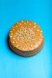 Σπιτικό κέικ φυστικιών στο ξύλινο υπόβαθρο τονισμένος Στοκ φωτογραφία με δικαίωμα ελεύθερης χρήσης
