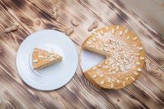 Σπιτικό κέικ φυστικιών στο ξύλινο υπόβαθρο Στοκ φωτογραφία με δικαίωμα ελεύθερης χρήσης