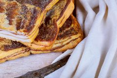 Σπιτικό καπνισμένο αλμυρό salo λαρδιού χοιρινού κρέατος στον ξύλινο πίνακα στοκ φωτογραφία με δικαίωμα ελεύθερης χρήσης