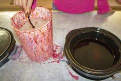 Σπιτικό κερί που κάνει με το χέρι iwith το δοχείο αγγείων στοκ εικόνα με δικαίωμα ελεύθερης χρήσης