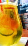 Σπιτικό κοκτέιλ λεμονάδας πορτοκαλί λεμόνι μεντών ασβέστη Στοκ Φωτογραφίες