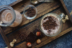 Σπιτικό κούνημα γάλακτος σοκολάτας στα γυαλιά στο ξύλινο υπόβαθρο Στοκ εικόνα με δικαίωμα ελεύθερης χρήσης