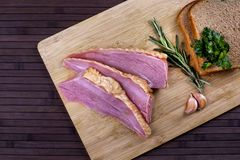 Σπιτικό κρέας ζαμπόν που τεμαχίζεται στο ξύλινο γραφείο Στοκ Φωτογραφία