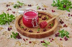 Σπιτικό κτυπημένο μούρο μέλι με φρέσκο lingonberry σε ένα βάζο γυαλιού στοκ εικόνες
