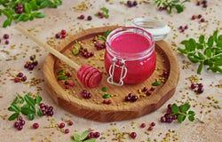 Σπιτικό κτυπημένο μούρο μέλι με φρέσκο lingonberry σε ένα βάζο γυαλιού στοκ φωτογραφία με δικαίωμα ελεύθερης χρήσης