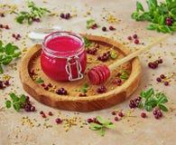 Σπιτικό κτυπημένο μούρο μέλι με φρέσκο lingonberry σε ένα βάζο γυαλιού στοκ φωτογραφία