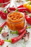 Σπιτικό κόκκινο - καυτή σάλτσα τσίλι στο βάζο γυαλιού Στοκ Εικόνα