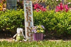 Σπιτικό, λαγουδάκι Πάσχας και ξύλινο ευπρόσδεκτο σημάδι άνοιξη στοκ εικόνα