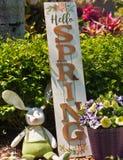 Σπιτικό, λαγουδάκι Πάσχας και ξύλινο ευπρόσδεκτο σημάδι άνοιξη στοκ φωτογραφίες