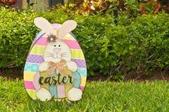Σπιτικό, λαγουδάκι Πάσχας και χρωματισμένο αυγό στοκ φωτογραφίες