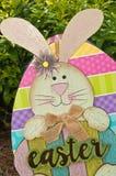 Σπιτικό, λαγουδάκι Πάσχας και χρωματισμένο αυγό στοκ φωτογραφία με δικαίωμα ελεύθερης χρήσης