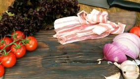 Σπιτικό μαγείρεμα Προϊόντα για τα εύγευστα τρόφιμα Τεμαχισμένο ακατέργαστο στήθος χοιρινού κρέατος ή βόειου κρέατος, λαχανικά: ντ απόθεμα βίντεο
