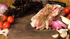 Σπιτικό μαγείρεμα Προϊόντα για τα εύγευστα τρόφιμα Ψεκάστε με τα καρυκεύματα τεμάχισε το ακατέργαστο στήθος χοιρινού κρέατος ή βό φιλμ μικρού μήκους