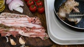 Σπιτικό μαγείρεμα Το ψήσιμο στηθών χοιρινού κρέατος ή βόειου κρέατος σε ένα τηγάνι κουζινών γυρίζουν με τις λαβίδες κρέατος Ντομά απόθεμα βίντεο