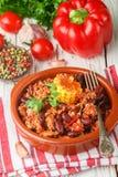 Σπιτικό μαγειρευμένο πικάντικο κρέας με τα φασόλια, το καλαμπόκι και τα καρυκεύματα carne τσίλι con Στοκ εικόνες με δικαίωμα ελεύθερης χρήσης