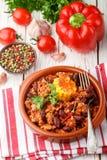 Σπιτικό μαγειρευμένο πικάντικο κρέας με τα φασόλια, το καλαμπόκι και τα καρυκεύματα carne τσίλι con Στοκ Εικόνα