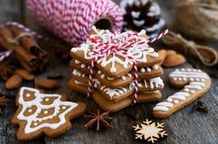 Σπιτικό μελόψωμο Χριστουγέννων σε ένα ξύλινο υπόβαθρο με το γλυκάνισο και το αμύγδαλο αστεριών Στοκ Εικόνες
